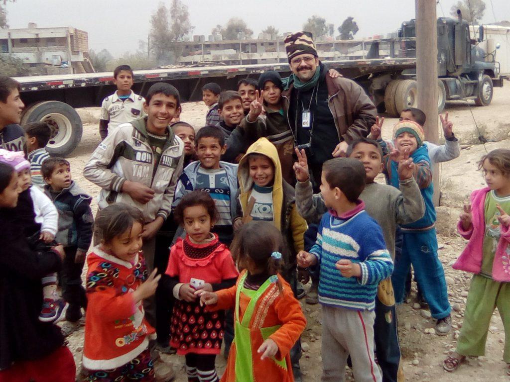 Attanasio con scolari di Qayyara
