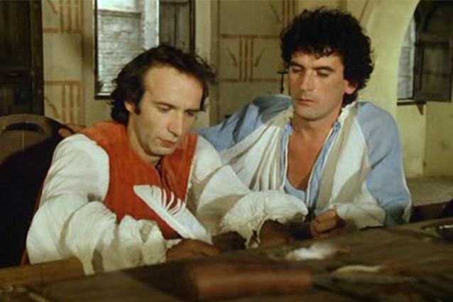 """Troisi e Benigni mentre scrivono la lettera a Savonarola nel fil """"Non ci resta che piangere"""""""